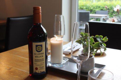 Tisch dekoriert mit Jubiläumsflasche